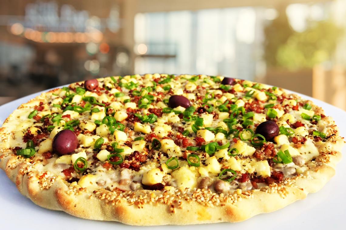 O sabor é composto por feijão verde, bacon, nata, muçarela, parmesão e cebolinha