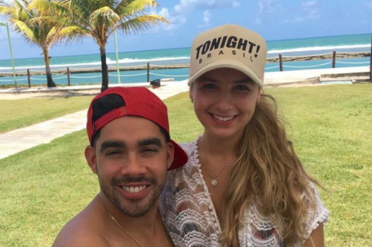 Cantor Gabriel Diniz pegou avião para fazer surpresa para namorada.