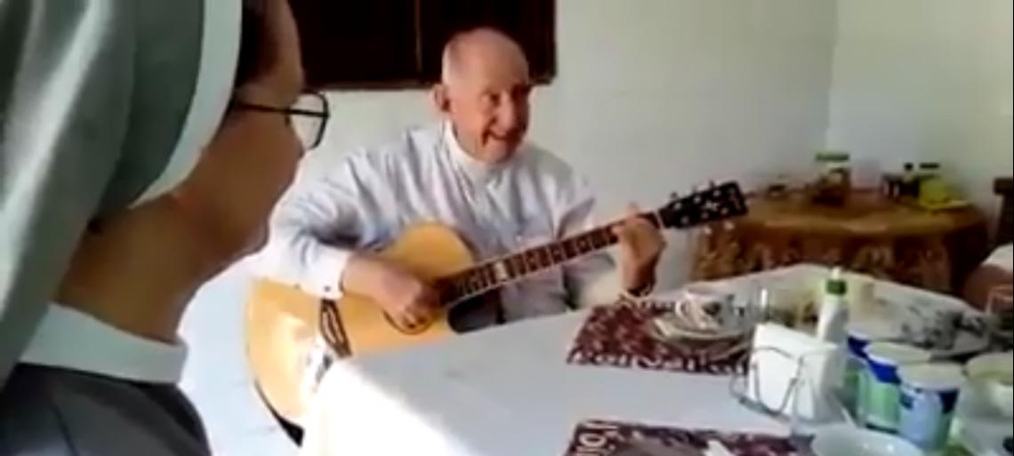 Durante café da manhã, cinco religiosas acompanharam o cântico entoado por Dom José Antônio