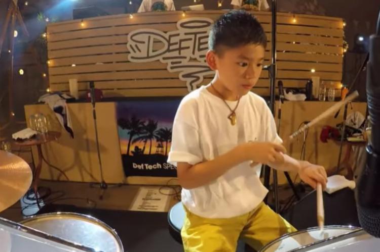 Cego desde quando nasceu, o menino de 12 anos tocou bateria na abertura da apresentação do grupo japonês em Osaka e emocionou não apenas seus pais, mas toda a plateia e até os músicos.