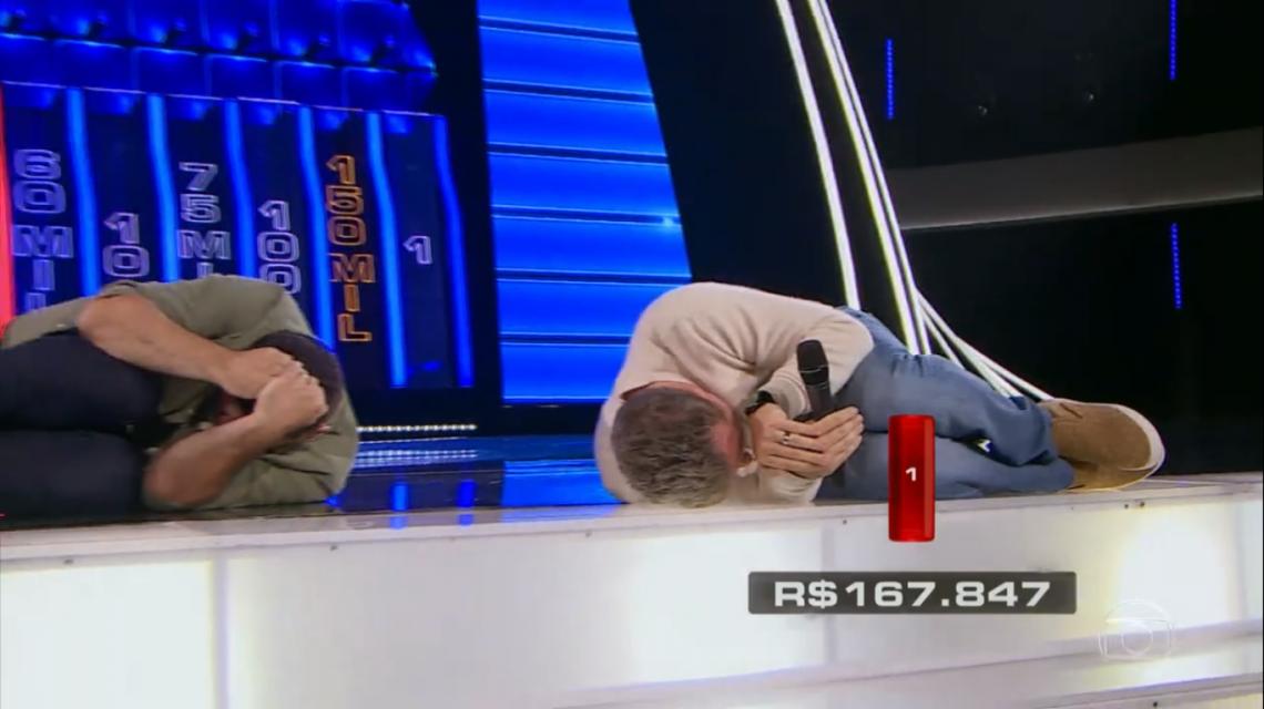 Luciano Huck e Daniel imitaram o tatu-bola em comemoração durante o jogo
