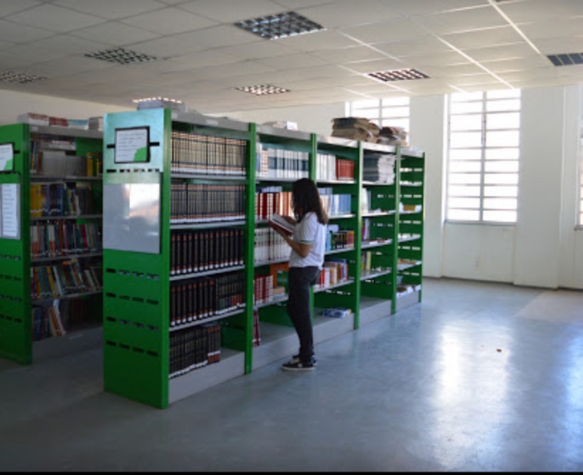 Biblioteca da escola EEEP Jaime Alencar de Oliveira, uma das instituições cearenses a ter um professor selecionado pra participar do intercâmbio
