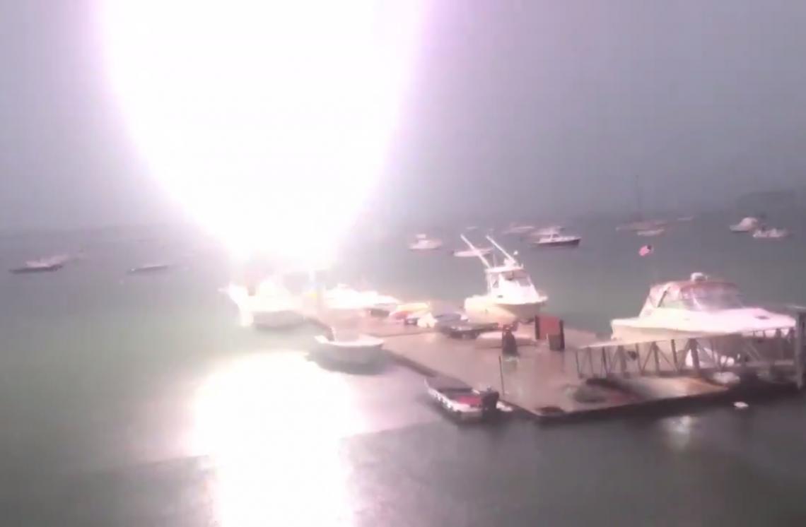 O dono da embarcação não estava no momento e ninguém nas redondezas ficou ferido.