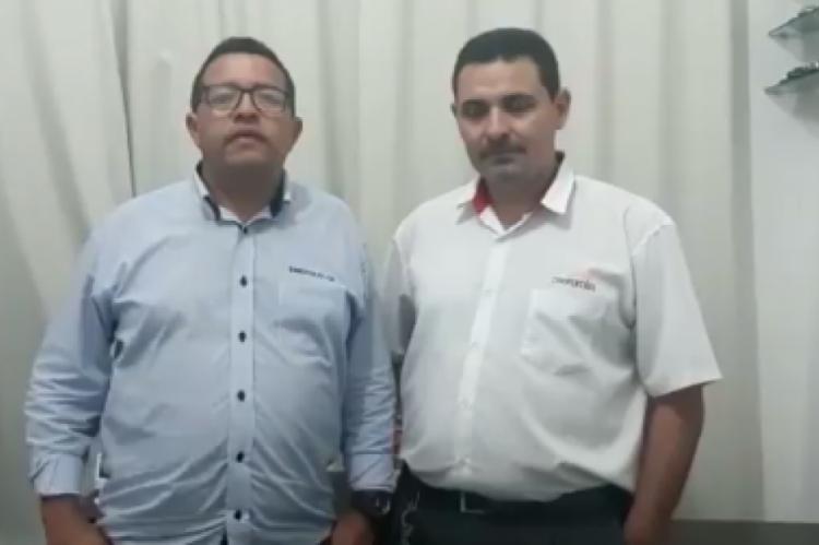 Francisco Moura, presidente do Sindicato dos Taxistas (Sinditaxi), e Rafael, taxista responsável por devolver 18 mil dólares a passageiro.