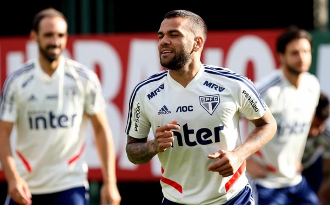 Daniel Alves vem treinando forte para estar em condições plenas no domingo