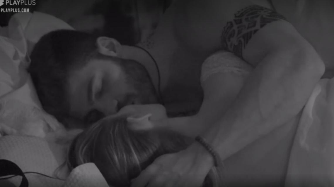 Aricia Silva e Netto trocam primeiro beijo da edição.