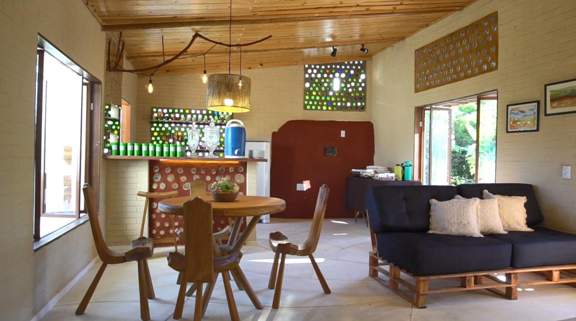 A preocupação com o meio ambiente e a presença de elementos regionais estão espalhadas por todos os cômodos da casa