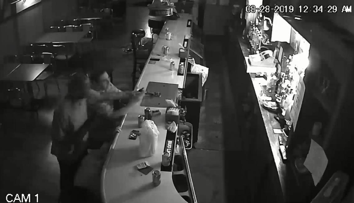 Vítima acende cigarro, não entrega celular e fica bebendo durante assalto