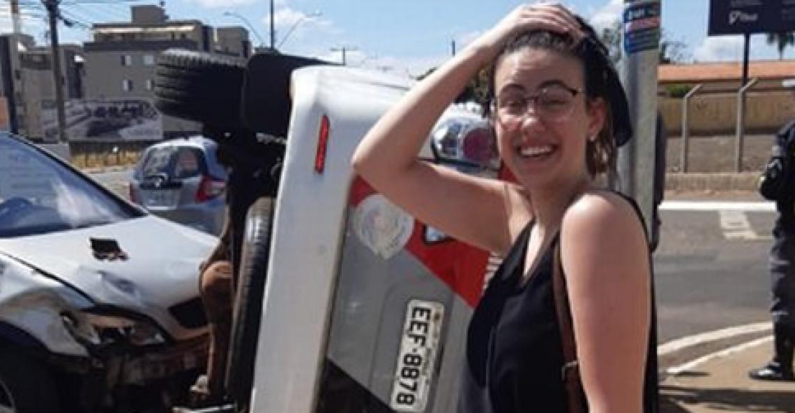 Na rede social, ela compartilhou imagens do local do acidente, que logo viralizaram.