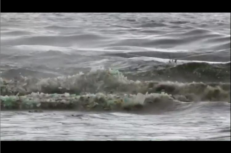 Praia lotada de plástico na África do Sul