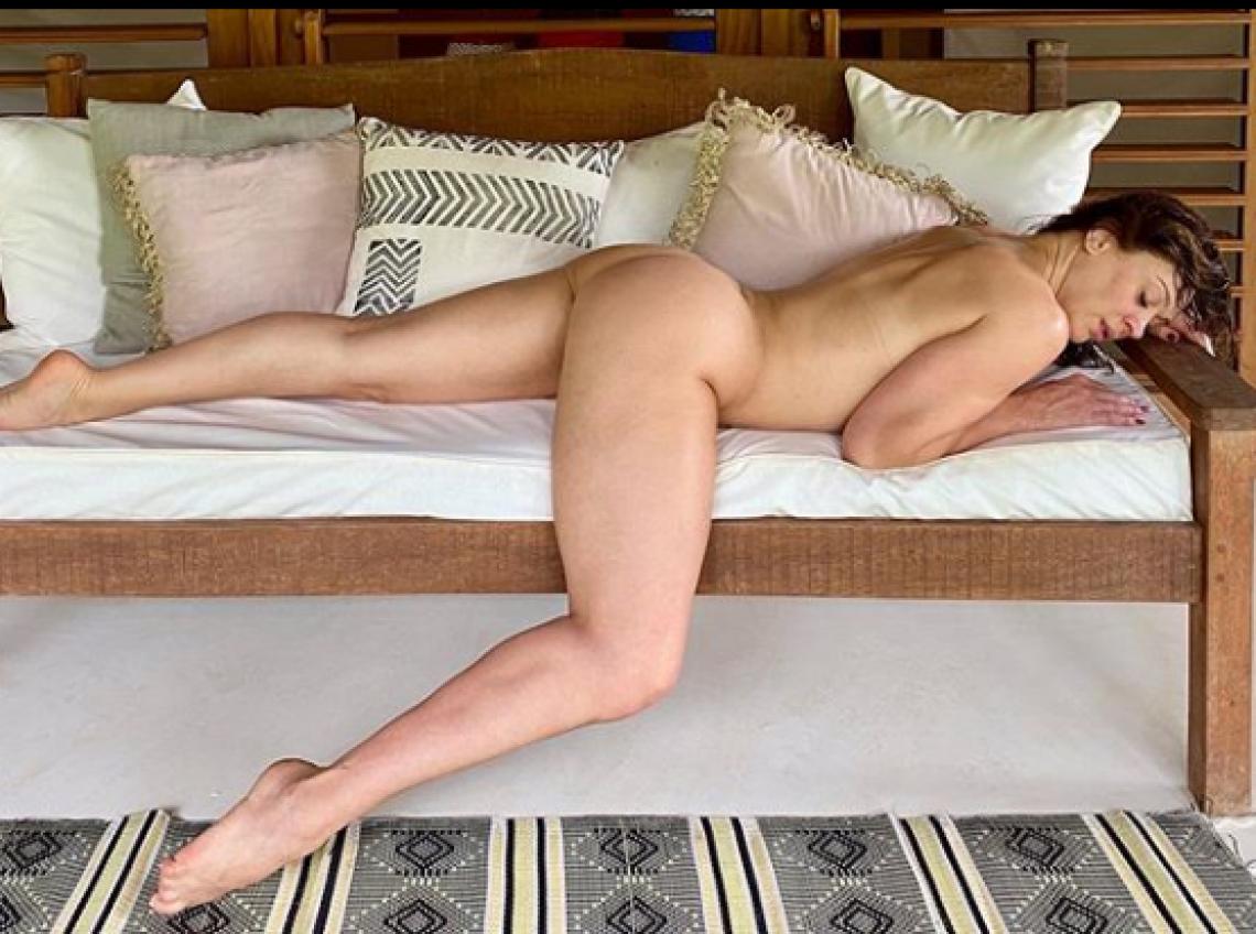 Claudia Raia posa para foto sensual