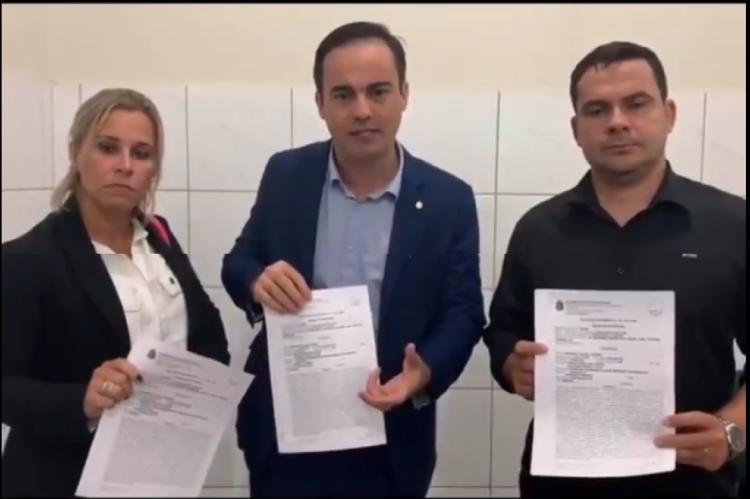 Capitão Wagner (Pros) e os deputados federais Major Fabiana (PSL-RJ) e Capitão Alberto Neto (PRB-AM) mostram Boletim de Ocorrência registrado contra o senador Cid Gomes (PDT)