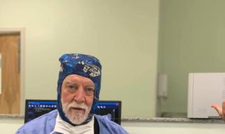 James T. Goodrich ganhou notabilidade no Brasil em 2018, quando orientou a cirurgia de separação das irmãs cearenses Ysablle e Ysadora, siamesas que nasceram unidas pela cabeça (Foto: Divulgação)