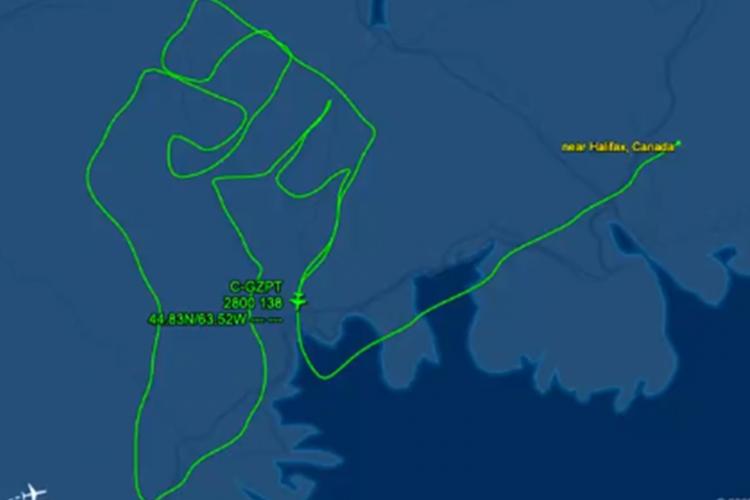 O vídeo do punho cerrado sendo esculpido no ar foi divulgado pelo Flight Aware, por meio de uma rede social (Foto: Reprodução / Twitter)