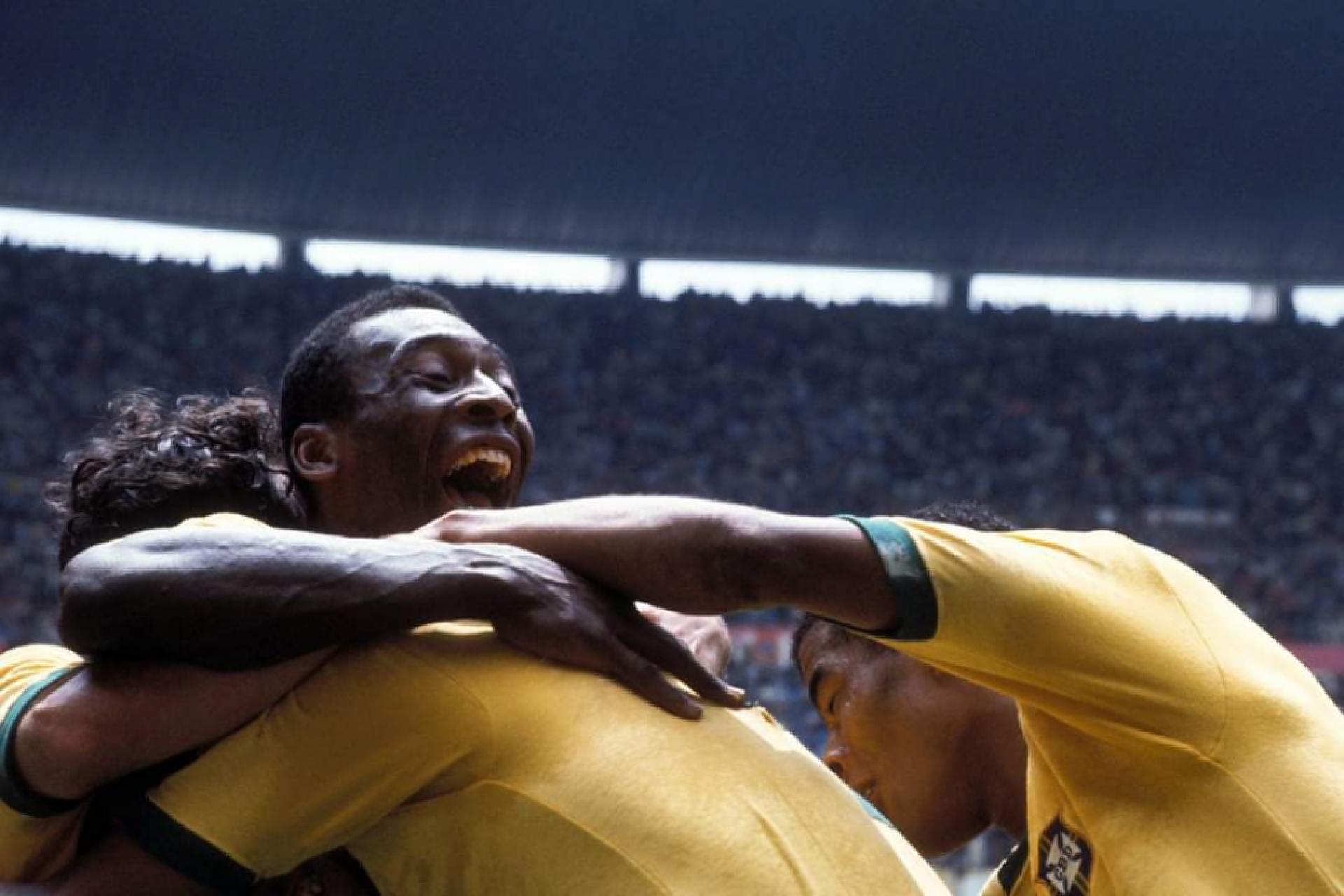 Pelé e companheiros se abraçam após gol de Carlos Alberto, na Copa de 1970