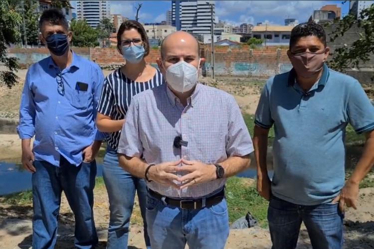 Prefeito anunciou prazo para conclusão da obra em coletiva nesta manhã, acompanhado da secretária de Infraestrutura, Manuela Nogueira, e do vereador John Monteiro (PDT). (Foto: Reprodução/Facebook)