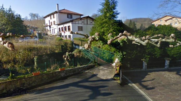 A fronteira entre Espanha e França nesta região é feita apenas por um pequeno afluente de 10 quilômetros de extensão, margeado por várias vilas que estenderam inúmeras pontes sobre o fio d'água