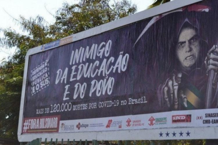 Moradores instalam outdoors contra Bolsonaro no Recife (Foto: Reprodução)