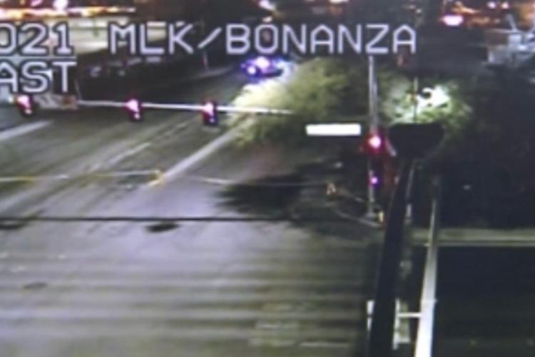 O motorista cruzou o sinal vermelho e causou outro acidente, no qual veio a falecer (Foto: Reprodução KLAS-TV)