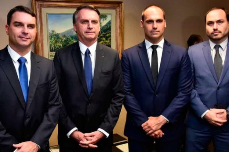 Presidente Jair Bolsonaro e filhos Flávio (esquerda), Eduardo (direita) e Carlos (extrema direita) (Foto: Divulgação)
