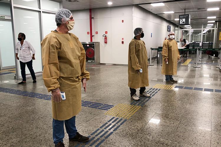 Na área de desembarque do terminal, as equipes realizam o serviço de aferição de temperatura corporal, triagem, repasse de informações sobre os sintomas da doença (Foto: Foto: Asscom/Sesa)