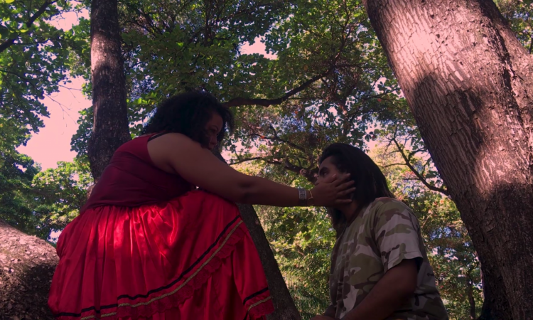 O curta 'Hafsa', de Letícia Aguiar, é dirigido e protagonizado por travestis negras e tem maioria da equipe também negra