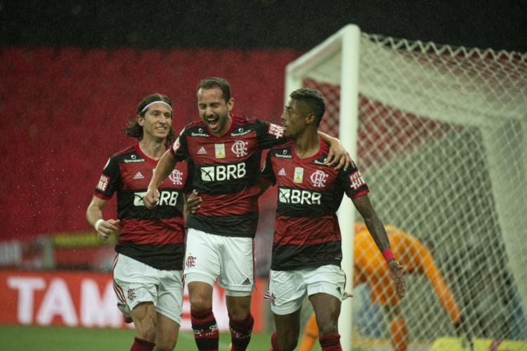 Filipe Luís, Everton Ribeiro e Bruno Henrique comemoram gol do Flamengo (Foto: ALEXANDRE VIDAL/FLAMENGO/DIVULGAÇÃO)
