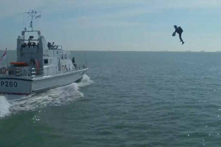 A ideia é usar o traje para operações de abordagem e ataque a embarcações  (Foto: Reprodução/US Naval Institute)