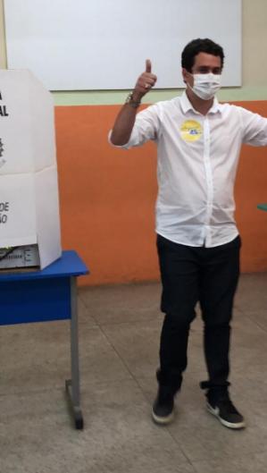 O candidato à reeleição, Argemiro Sampaio (PSDB), votou no início da tarde. (Foto: ARGEMIRO SAMPAIO / DIVULGAÇÃO)