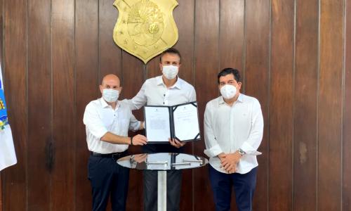 Roberto Cláudio, Camilo Santana e o secretário Cabeto com o decreto após a assinatura