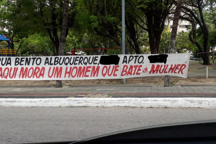Cartaz em uma praça no bairro Papicu denuncia suposta transgressão à lei Maria da Penha. Foto: O POVO/Whatsapp (Foto: Foto: O POVO/Whatsapp)