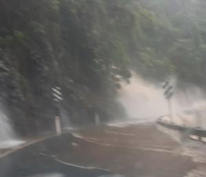 Água invade a pista após chuvas torrenciais no estado de New South Wales, vizinho à Queensland
