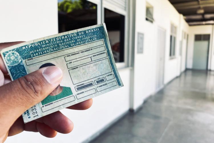Golpistas usam redes sociais para oferecer emissão ilegal do documento (Foto: Romário Pinheiro/Detran-CE)