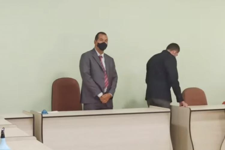 O novo prefeito foi atacado por homem durante solenidade de posse na Câmara Municipal de Tabocas do Brejo Velho, na Bahia.  (Foto: Reprodução/ YouTube)