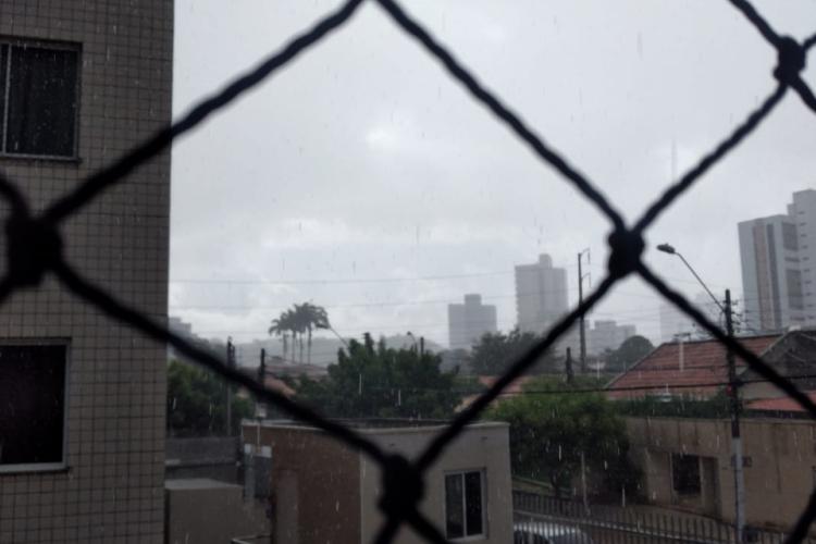 Chuva no começo da manhã desta-segunda-feira, 4 (Foto: CATALINA LEITE/O POVO)