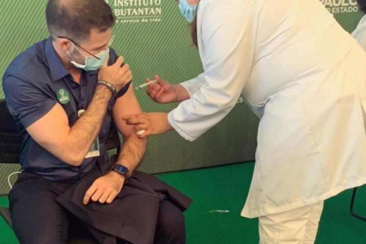 Júlio Alencar, criado no Quintino Cunha, na Mozart Lucena, foi um dos primeiros vacinados (Foto: REPRODUÇÃO/INSTAGRAM)