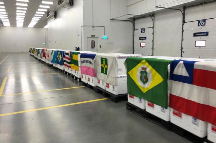 Estoques de vacinas no aeroporto de Guarulhos, antes de serem embarcados, com as bandeiras dos estados de destino, na manhã desta segunda-feira, 18 de janeiro (18/01)