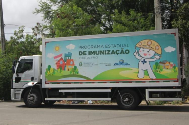 Caminhão no aeroporto de Fortaleza, o antigo, para transportar a vacina Coronavac