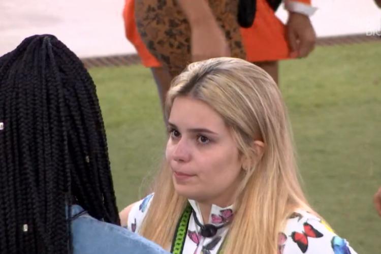 Viih Tube conversando com Camilla de Lucas no gramado (Foto: Reprodução/Globoplay)