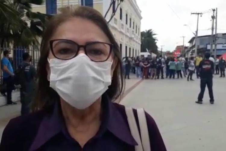 Presidente do Sindifort, Nascelia Silva, esteve em frente ao Paço Municipal reivindicando melhorias para a categoria (Foto: Reprodução / Facebook)