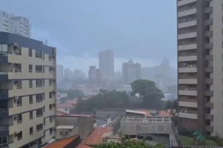Manhã de chuva em Fortaleza em 12 de fevereiro de 2021 (Foto: FCO FONTENELE)
