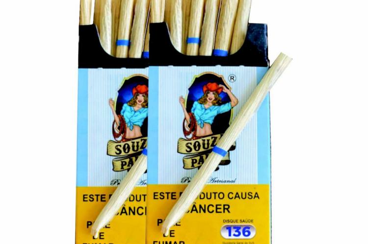 Cigarros de palha possuem pedaço de plástico ou borracha para evitar que abram durante o consumo, por não usarem cola na composição