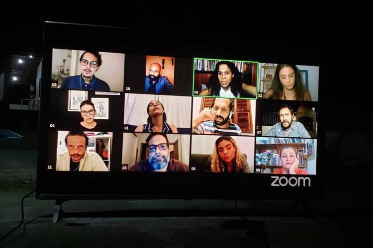 """A experiência """"12 pessoas com raiva"""" continuará com exibição virtual em 2021."""