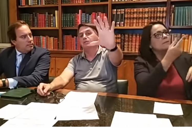 Presidente Jair Bolsonaro durante live desta quinta-feira, 26 (Foto: Reprodução/Youtube)