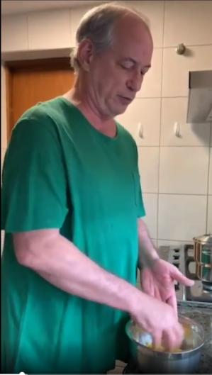 Ciro Gomes ensina a fazer cuscuz (Foto: Reprodução/Instagram)