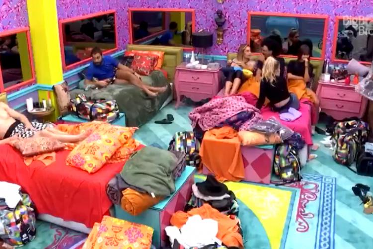 O momento aconteceu no quarto colorido enquanto os participantes conversavam (Foto: Reprodução/GloboPlay)