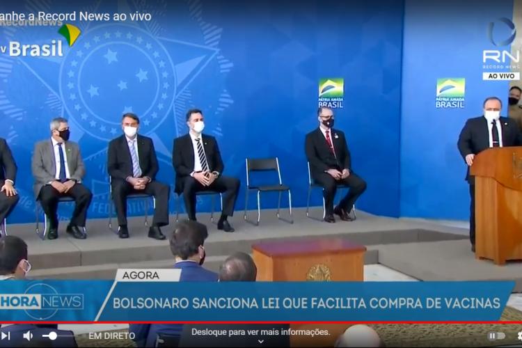 Bolsonaro já rendeu várias críticas ao uso do equipamento de proteção. (Foto: Reprodução/Record News)
