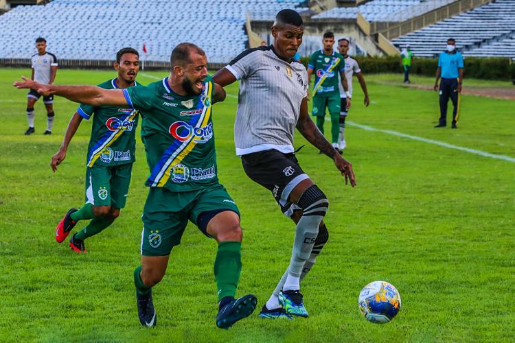 Atacante Cléber disputa bola no jogo Altos-PI x Ceará, no estádio Albertão, em Teresina, pela Copa do Nordeste (Foto: Fausto Portela / Ceará SC)