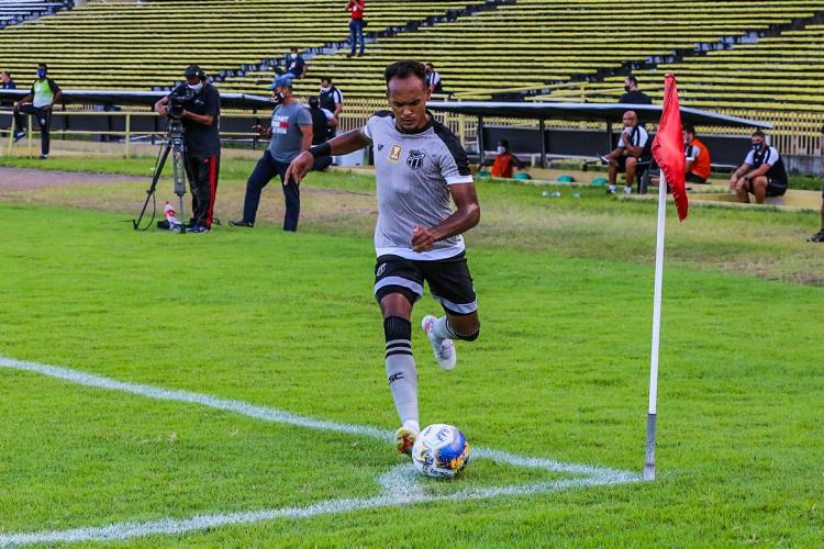 Lateral-esquerdo Bruno Pacheco cobra escanteio no jogo Altos-PI x Ceará, no estádio Albertão, em Teresina, pela Copa do Nordeste (Foto: Fausto Portela / Ceará SC)