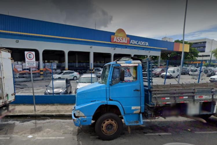 Unidade da rede supermercadista Assaí em Fortaleza desrespeita interdição após registro de aglomeração e é fechado por